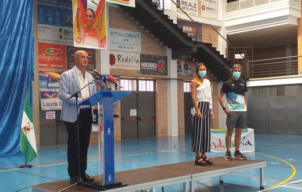 Lepe recibe a la atleta Laura García Caro tras su paso por las Olimpiadas de Tokio 2020