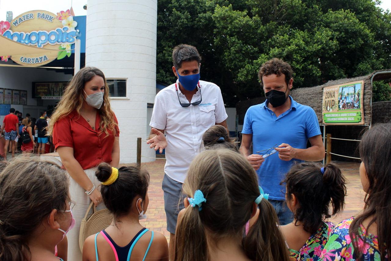 Servicios Sociales lleva a 20 menores de familias desfavorecidas a Aquopolis Cartaya, dentro del proyecto 'Vacaciones Sociales'