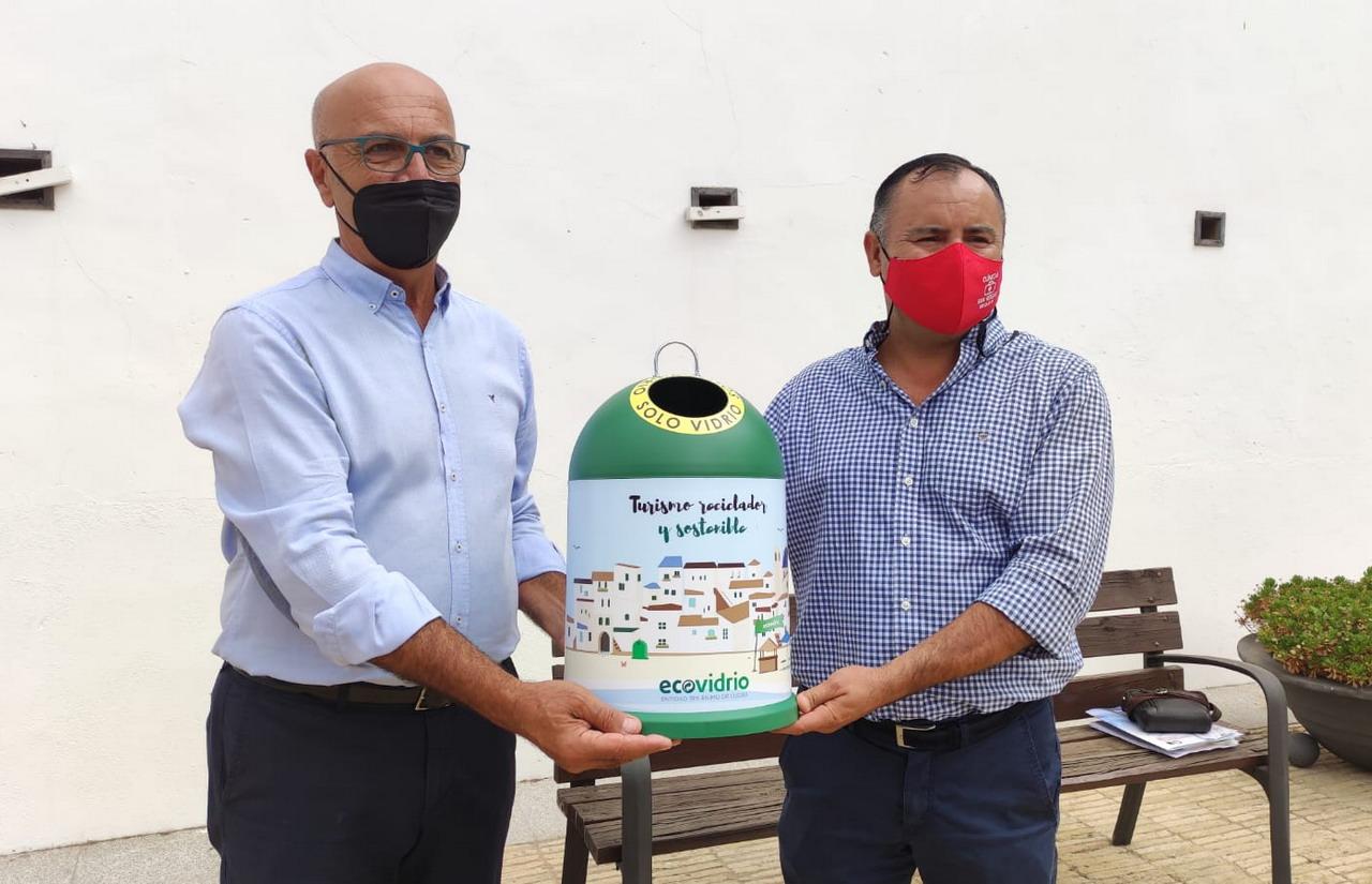 El Ayuntamiento entrega a Agelepe un contenedor iglú decorativo de la campaña Turismo Reciclador y Sostenible